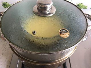 花蛤炖蛋,鸡蛋上锅蒸制