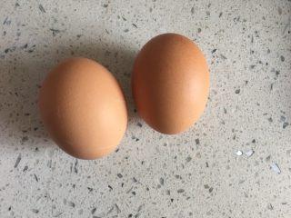 花蛤炖蛋,鸡蛋洗干净