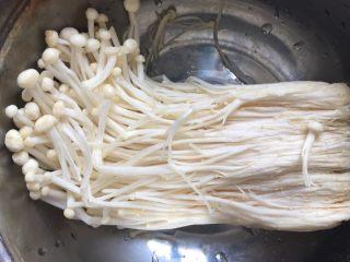 蒜香花甲,金针菇洗干净