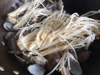 蒜香花甲,下入金针菇