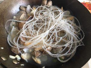 蒜香花甲,加入粉丝煮沸,最后加入适量的盐