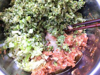 菠菜面槐花饺子,把剁好的槐花,葱花,放入肉盆中,加入少许盐,姜粉,熟油,味精搅拌成馅