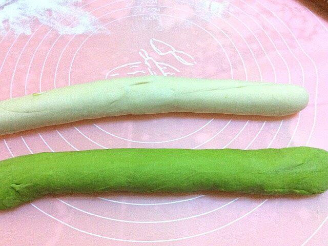 菠菜面槐花饺子,醒好后,两色各取一块,揉成长条,两色面在拧在一起