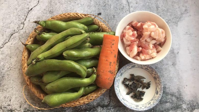 #菌类料理# 黑木耳肉丁蚕豆酥,准备好食材。