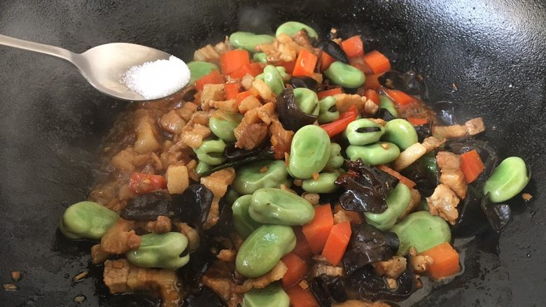 #菌类料理# 黑木耳肉丁蚕豆酥,放入少许盐调味。