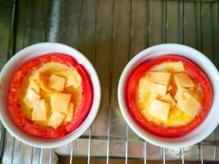 芝士番茄烤蛋,蛋液凝固拿出,撒上芝士
