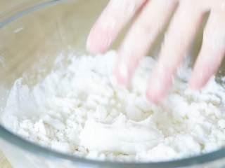 玫瑰松糕,用手捏能成团不松开,就可以了。如果不能捏成团,就少量再点水。如果水量过多,加一点粘米粉。