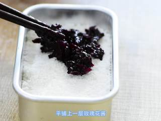 玫瑰松糕,铺一层玫瑰酱。也是轻轻的放入,铺平。玫瑰酱的制作方法请参考之前发的文章。