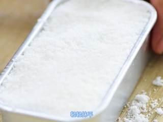 玫瑰松糕,放入剩下的粘米粉,轻轻用勺子抹平,不要压实,压实会影响口感。