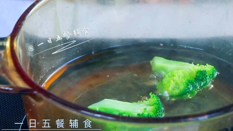 西兰花鱼丸,西兰花入沸水焯1分钟。