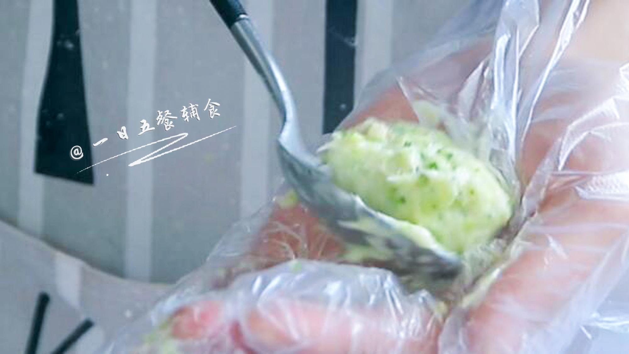 西兰花鱼丸,将一个个丸子,放入微沸的开水锅里。</p> <p>