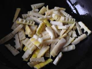 油焖春笋,倒入处理好的笋段煸炒一会