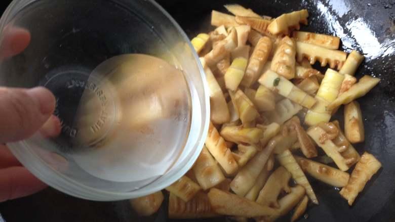 油焖春笋,倒入适量水,盖上盖焖煮5分钟