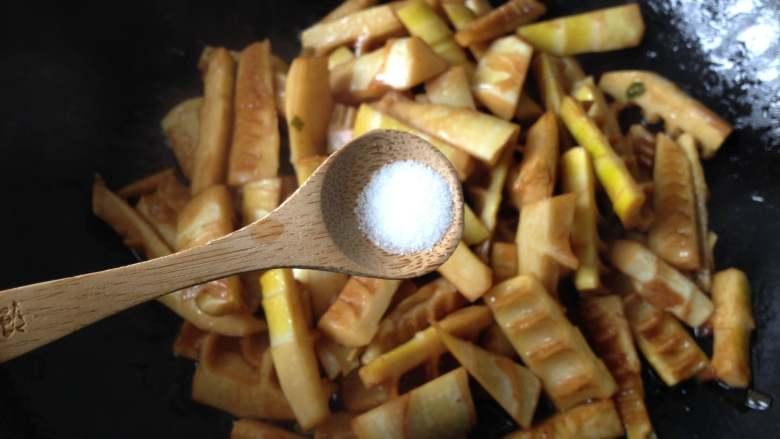 油焖春笋,调入盐(如果够咸就不用放了)炒匀