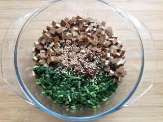 马兰头拌香干,将马兰头和香干一起放入碗中,并调入味极鲜、芝麻油、花椒油、油辣子、盐、糖和熟芝麻拌匀即可