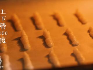 宝宝虾条9m+,将烤盘放入烤箱,上下管160度,烤30分钟~