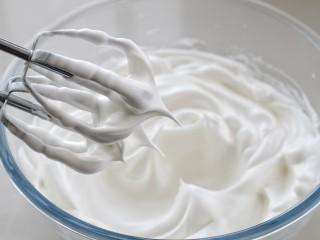 肉松小贝,蛋清中加入细砂糖和柠檬汁,用电动打蛋器高速打至硬性发泡,即提起打蛋器带出的蛋白霜呈直立的尖状