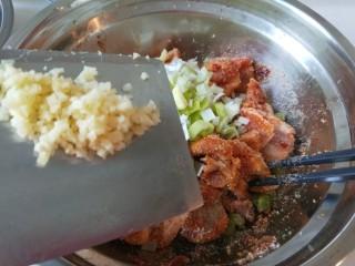 碗豆渣五香粉蒸肉,加入姜末。