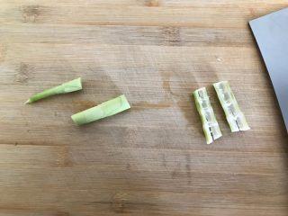 只有在春天才能品尝到的-野笋烧肉,然后切成段,再用刀背拍扁(如图所示)