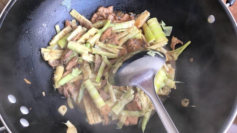 只有在春天才能品尝到的-野笋烧肉,翻炒均匀