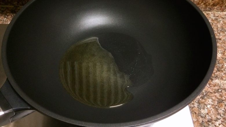 丝瓜虾仁跑蛋,热锅倒油烧至八成热。