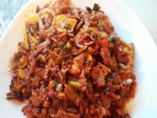 腌菜炒肉,放入盘子里