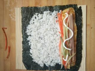 简单寿司,在米饭上放上食材及沙拉酱