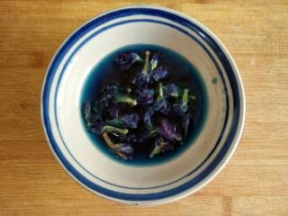星空贝果(无黄油中式改良版),蝶豆花用温水浸泡出颜色。