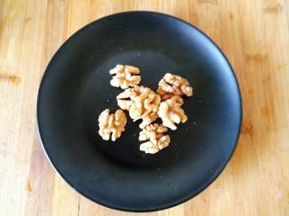 黑豆核桃仁豆浆,熟核桃仁备用