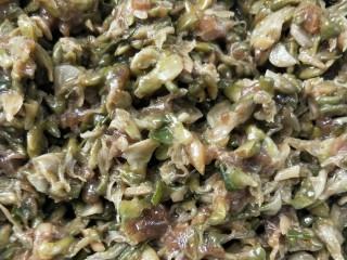 香煎槐花牛肉馄饨,牛肉馅倒入槐花中,再加少许盐,胡椒粉,香油,生抽。 ~这是给槐花加味。搅拌粘合在一起。