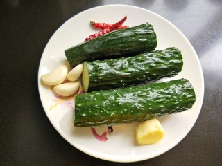 凉拌木耳黄瓜,黄瓜,生姜,大蒜,干辣椒洗净。
