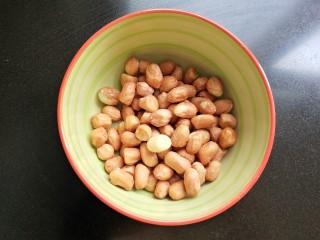 凉拌木耳黄瓜,花生米洗净。