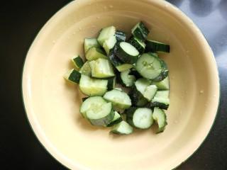 凉拌木耳黄瓜,黄瓜用刀背拍一下,切块,放入大碗中 放盐腌10分钟。