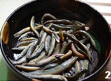 辣子泥鳅,吃时沥去水,加大量盐,然后加盖,让泥鳅死掉,再加盐搓洗后用清水洗净;