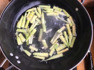 青椒油焖野笋,煮两分钟