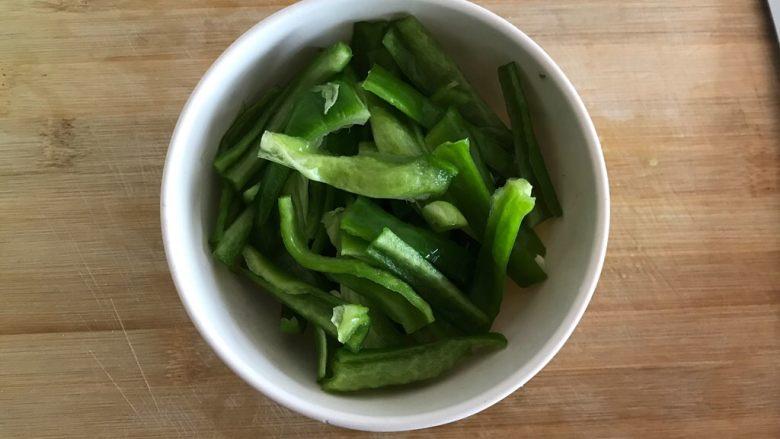 青椒油焖野笋,青椒去蒂去籽,洗净,切成粗条,控干水分,备用