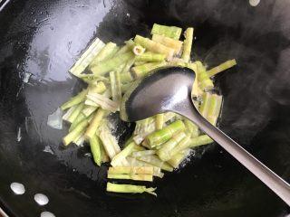 青椒油焖野笋,翻炒片刻