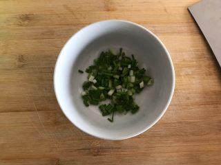 青椒油焖野笋,小葱洗净,切圈,备用