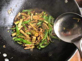 青椒油焖野笋,翻炒均匀