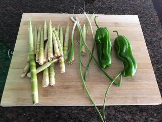 青椒油焖野笋,首先我们准备好所有食材