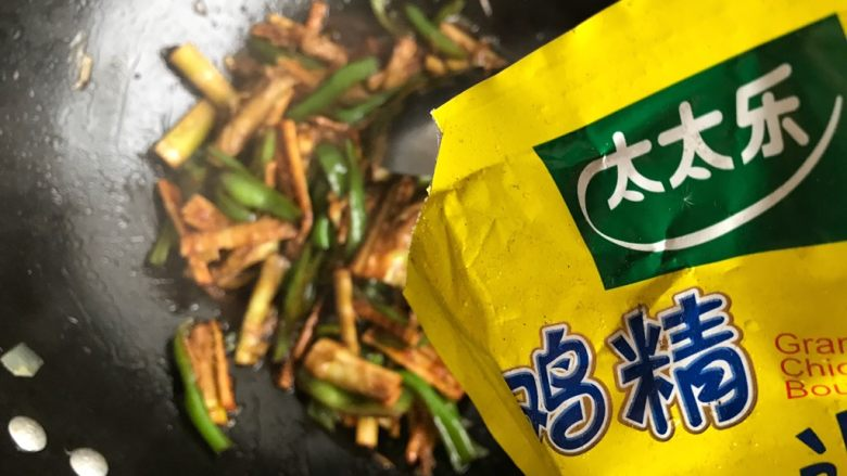 青椒油焖野笋,两分钟后打开锅盖,加少许鸡精