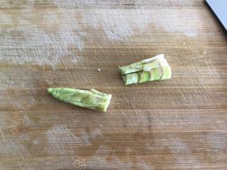 青椒油焖野笋,然后切成段,并用刀背拍裂