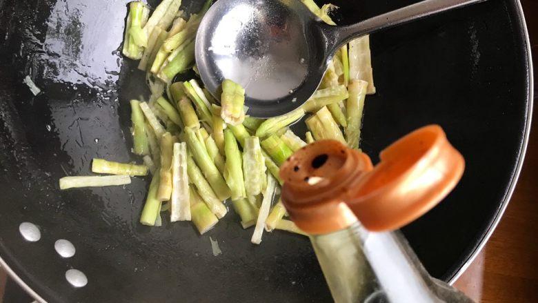 青椒油焖野笋,加适量生抽