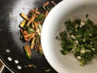 青椒油焖野笋,加入小葱,翻炒均匀,即可