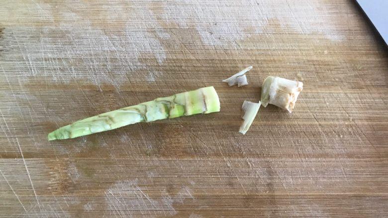 青椒油焖野笋,野笋剥去外壳,洗净,切去尾部老的一部分
