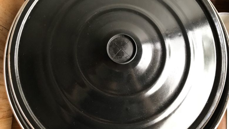青椒油焖野笋,盖上锅盖,转小火煮两分钟