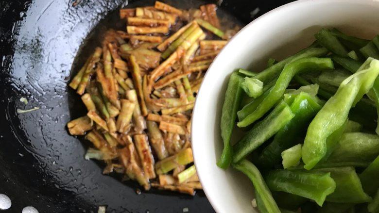 青椒油焖野笋,加入青椒