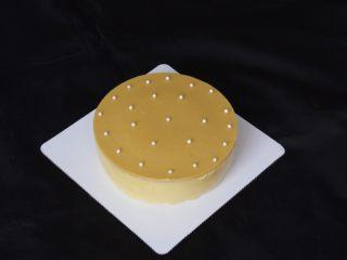 芒果慕斯蛋糕+6寸和4寸,表面用巧克力豆装饰一下,漂亮的慕斯蛋糕就做好了。