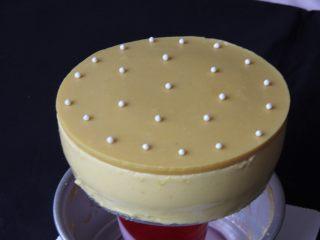 芒果慕斯蛋糕+6寸和4寸,用热毛巾敷在模具表面,下面放一个杯子,很方便脱模。