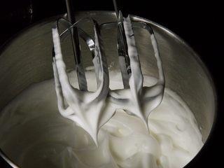 芒果慕斯蛋糕+6寸和4寸,加入第二次15克细砂糖,搅打50圈。
